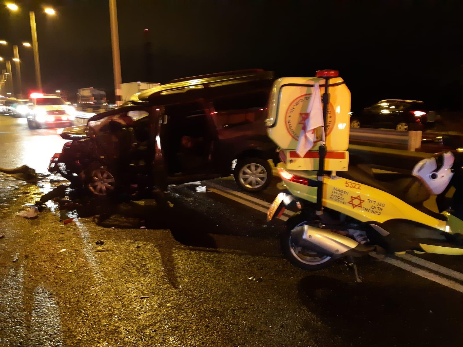 Photo of צפו: נסע נגד כיוון התנועה וגרם לתאונה קשה הלילה בכביש 4 ליד נחל חדרה עם מעורבות 5 רכבים, 8 פצועים