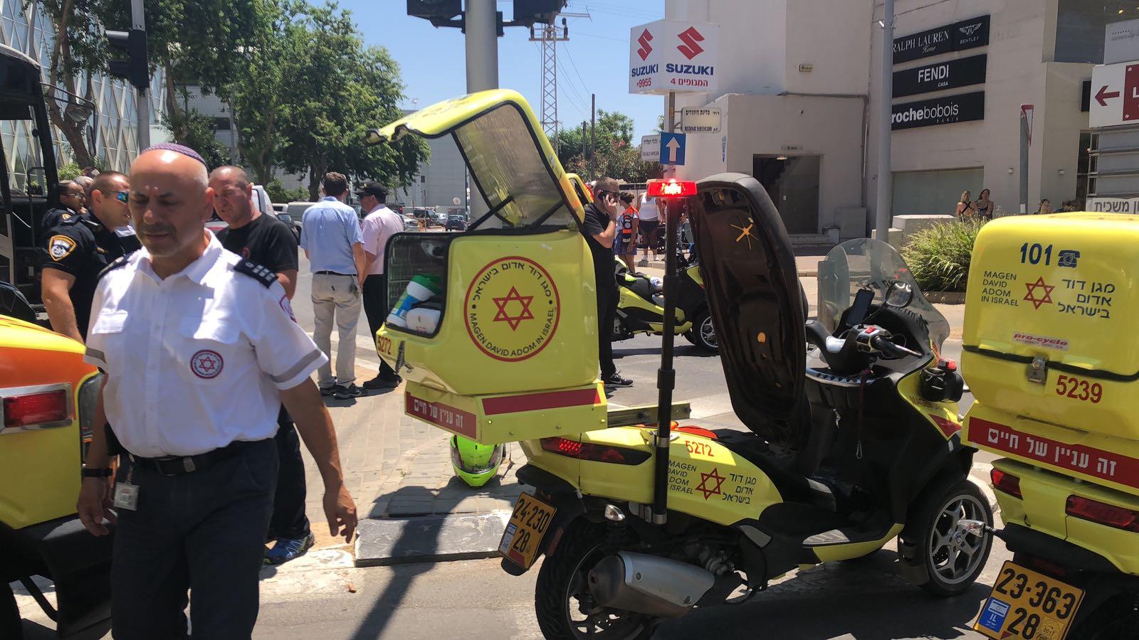 Photo of רוכב אופניים חשמליים החליק ונחבל בראשו ובפלג גופו העליון ברחוב אהרונסון בחדרה, מצבו בינוני