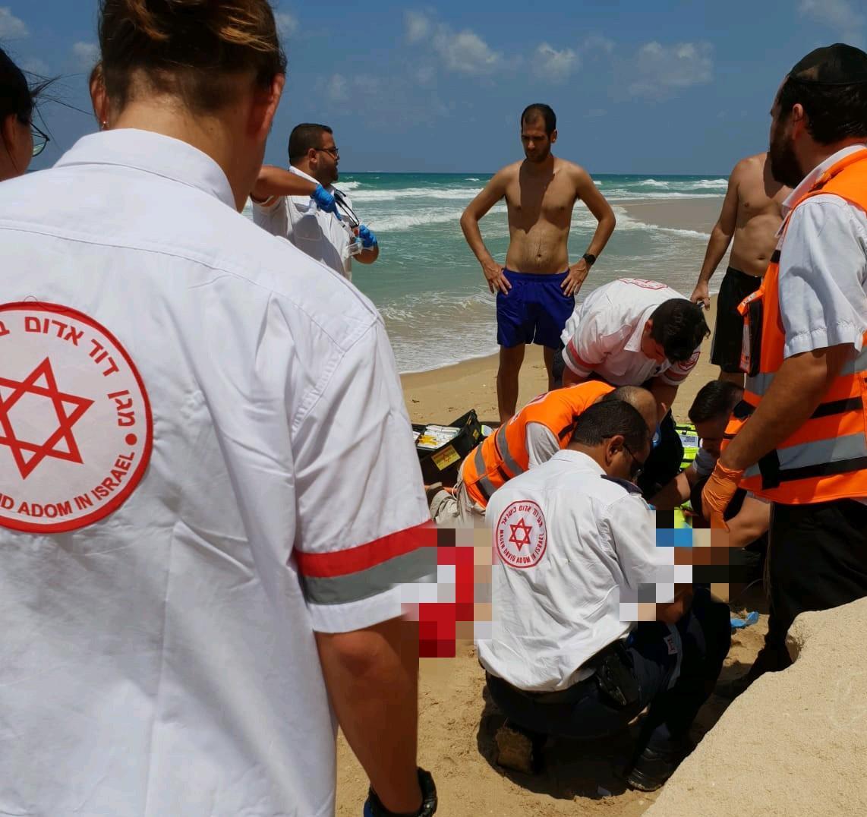 Photo of בן 70 עובר פעולות החייאה לאחר שטבע בחוף הרצל בנתניה