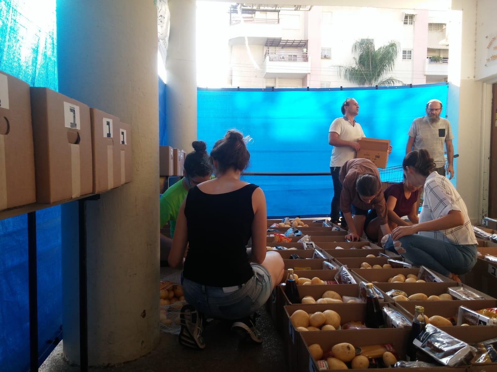 Photo of מעשים טובים לתחילת השנה: עובדי עיריית כפר סבא ארזו אריזות מזון לחג