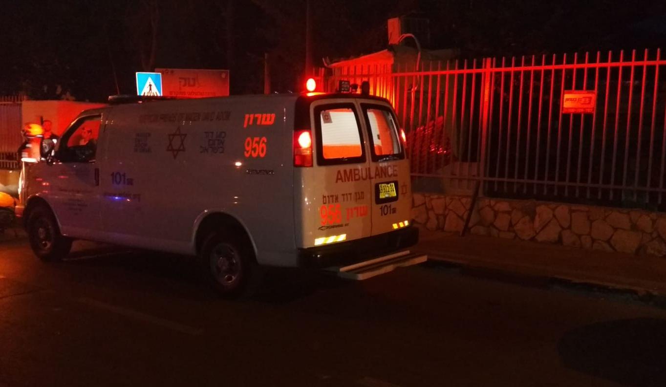 "Photo of צעיר בן 18 נדקר ונפצע קשה, כשהוא נמצא מוטל במוסד חינוכי ברחוב שח""ל בנתניה"