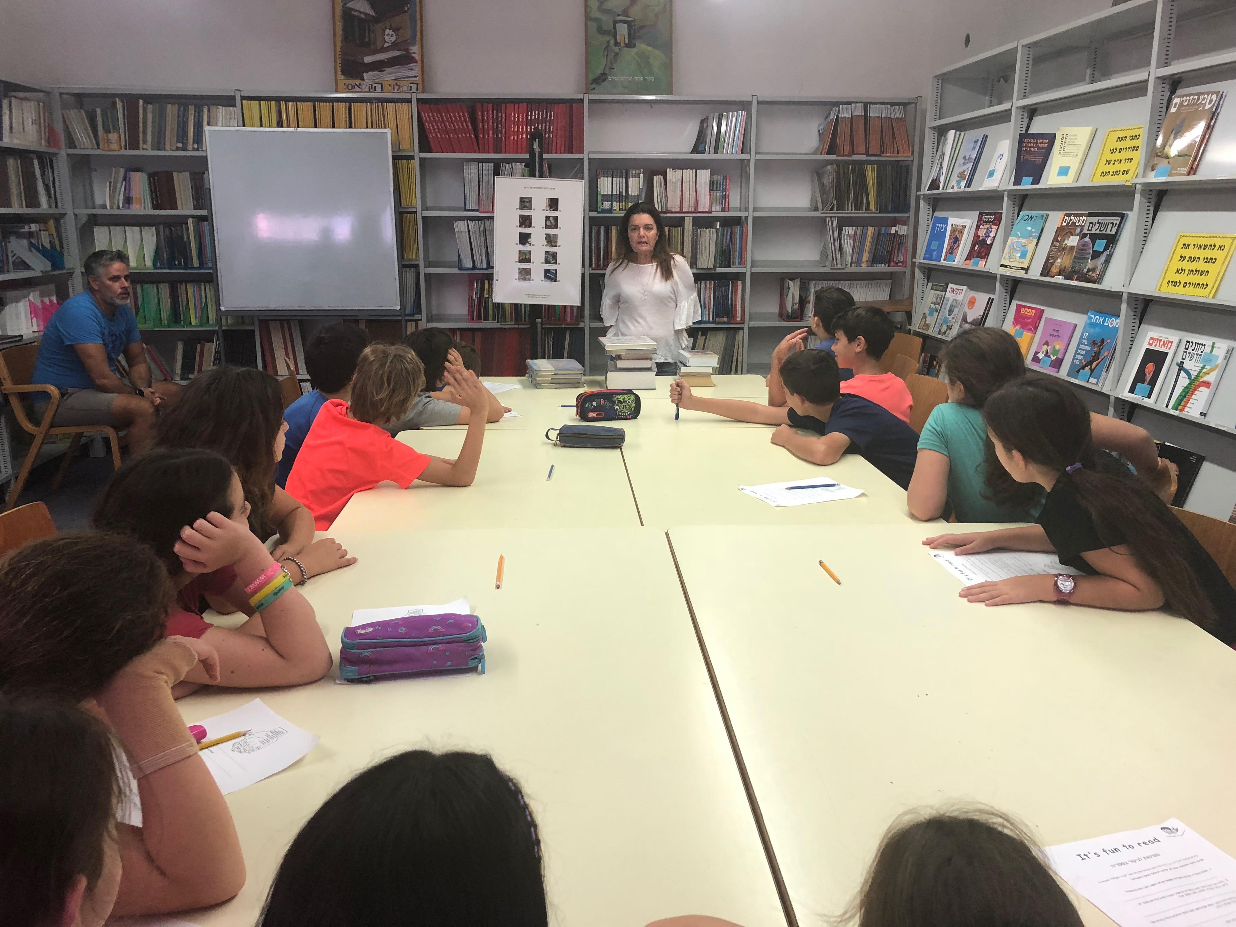 """Photo of תלמידי """"הדר"""" לומדים אנגלית בספרייה"""