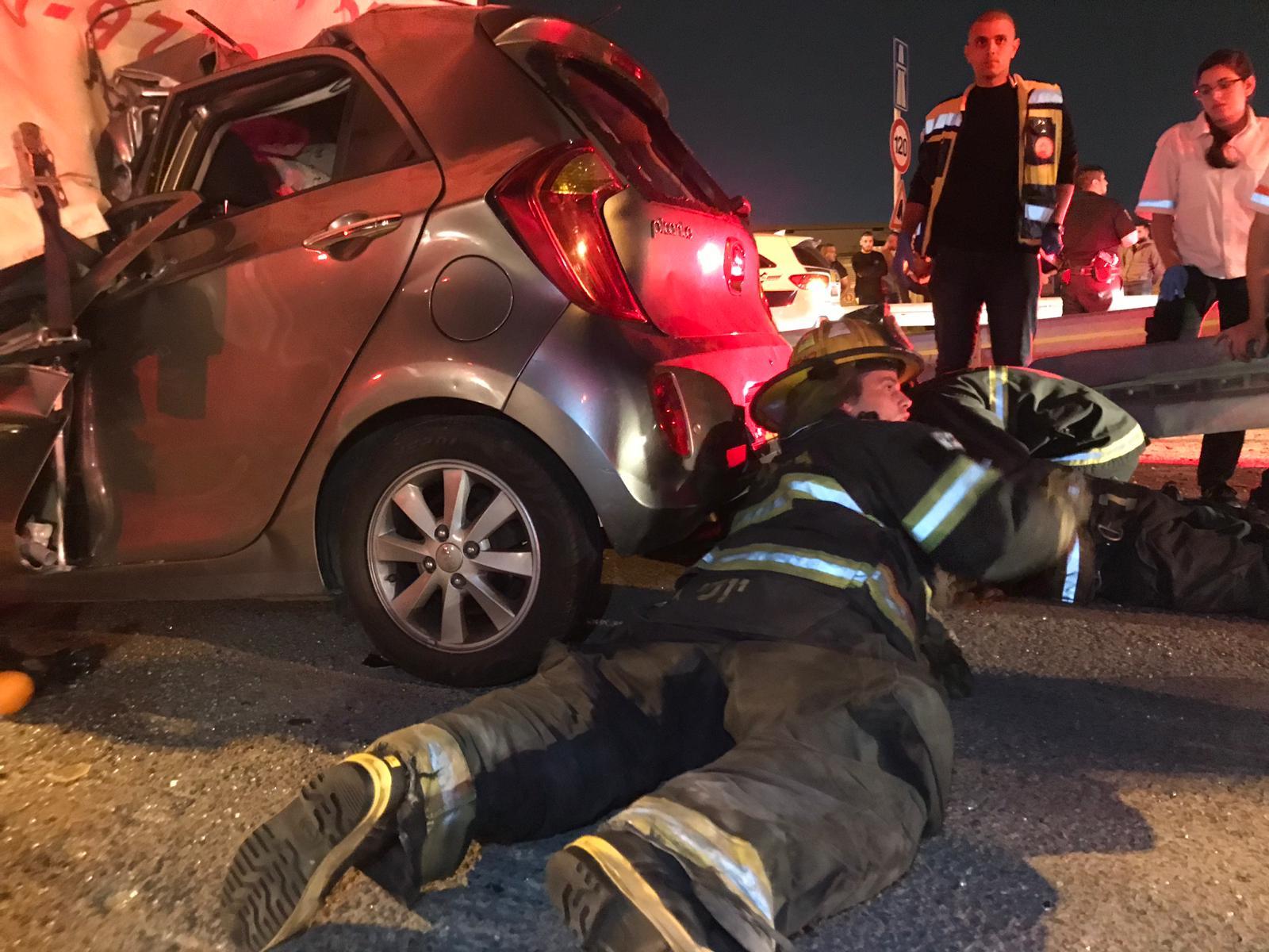 Photo of צפו: תאונה קטלנית מזעזעת ליד מחלף קאסם: שני נוסעים נלכדו עם רכבם מתחת למשאית. מותם נקבע בזירה