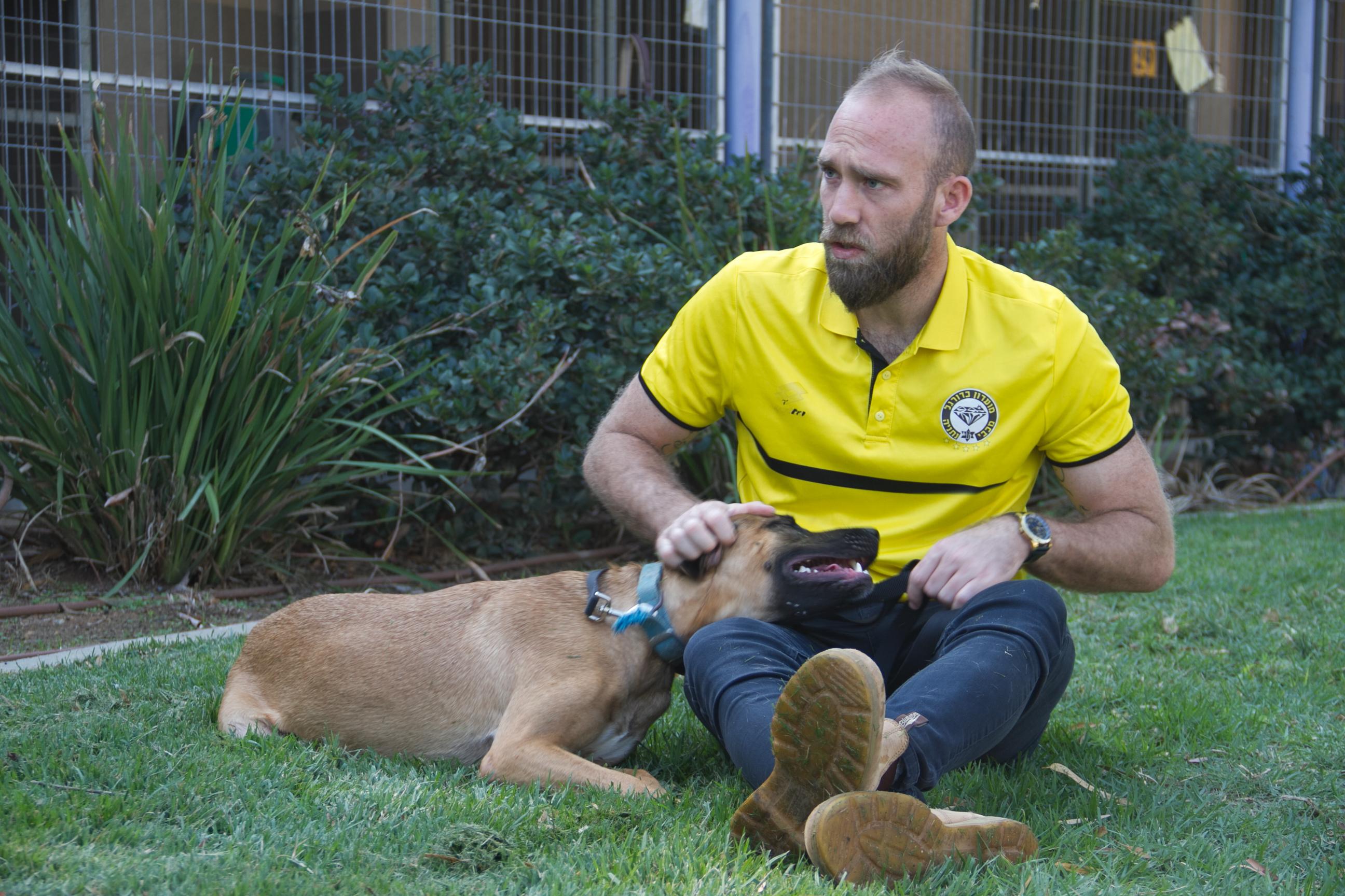 Photo of מועדון הכדורגל מכבי נתניה מאמץ את כלביית נתניה