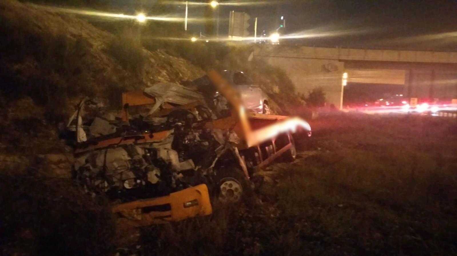 Photo of צפו: גבר נהרג מיצוץ במשאית במהלך נסיעה בכביש 5 ליד מחלף כפר קאסם. בזירה הקשה עוד רכב פרטי שנראה שהתפוצץ