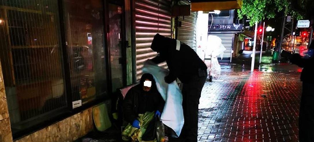 Photo of מרגש: פקח של עיריית נתניה החליט ביוזמה אישית לחלק שמיכות, גרביים ועוד להומלסים בלילות הקרים