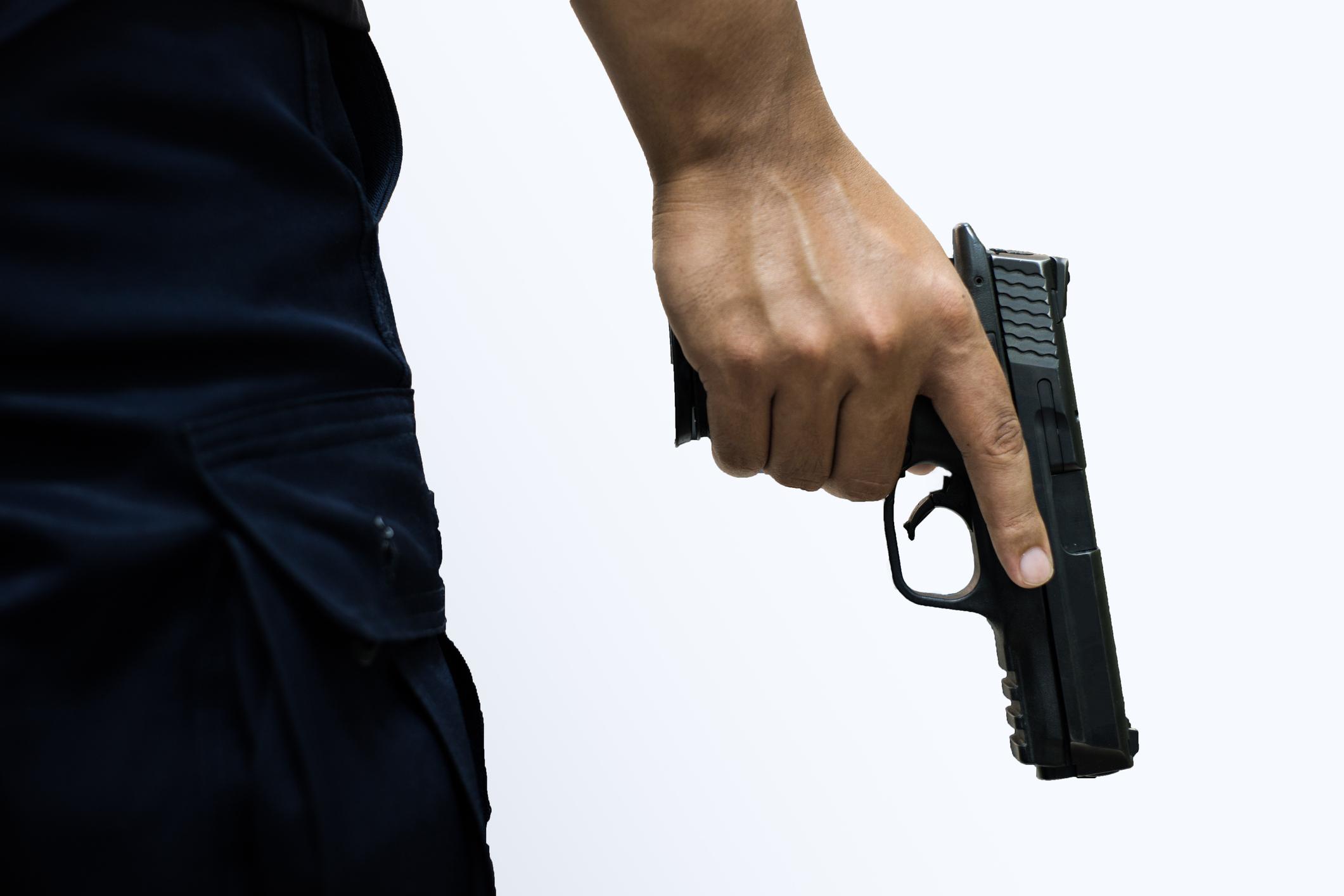 ניקה את הנשק וספג כדור ורסיסים. צילום: גטיאימג'ס