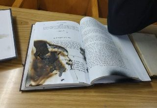 Photo of נערה בת 16 היא האחראית לריסוס כתובות ולשריפת ספרי תורה בבית הכנסת ברחוב מקדונלד בנתניה