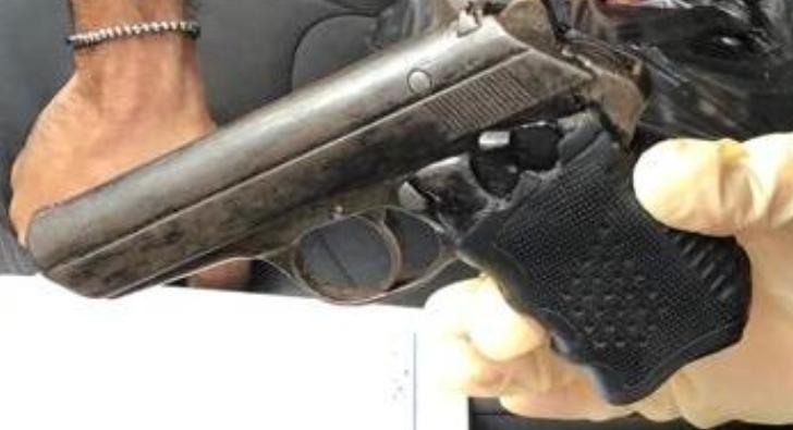 הנשק הלא חוקי שנמצא בקטנוע הלא גנוב. צילום: דוברות המשטרה