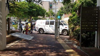 Photo of רכב התנגש במבנה ברחוב חנה סנש ברעננה. במקום שתי פצועות קל