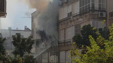 Photo of פיצוץ גז בבניין ברחוב שמואל הנציב בנתניה. שתי קומות עולות באש, פצוע קשה בן 50