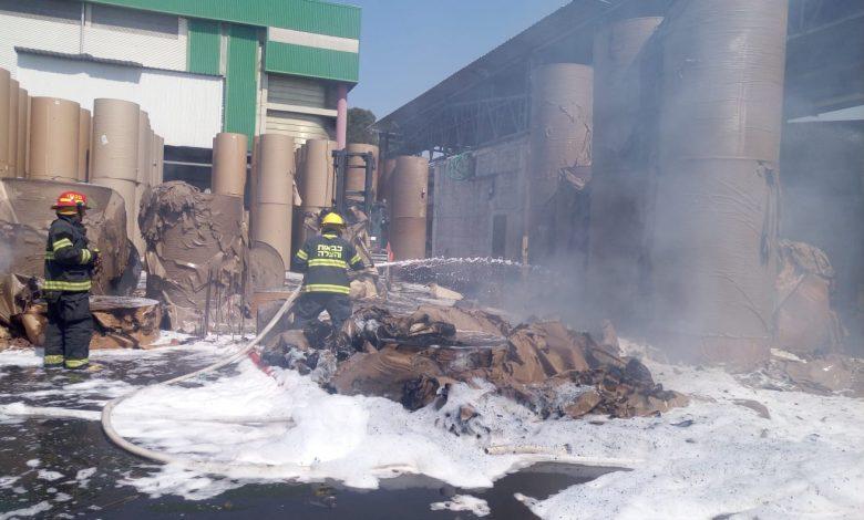 גלילי נייר בגובה 2 מ' עולים באש. צילום: דוברות כבאות