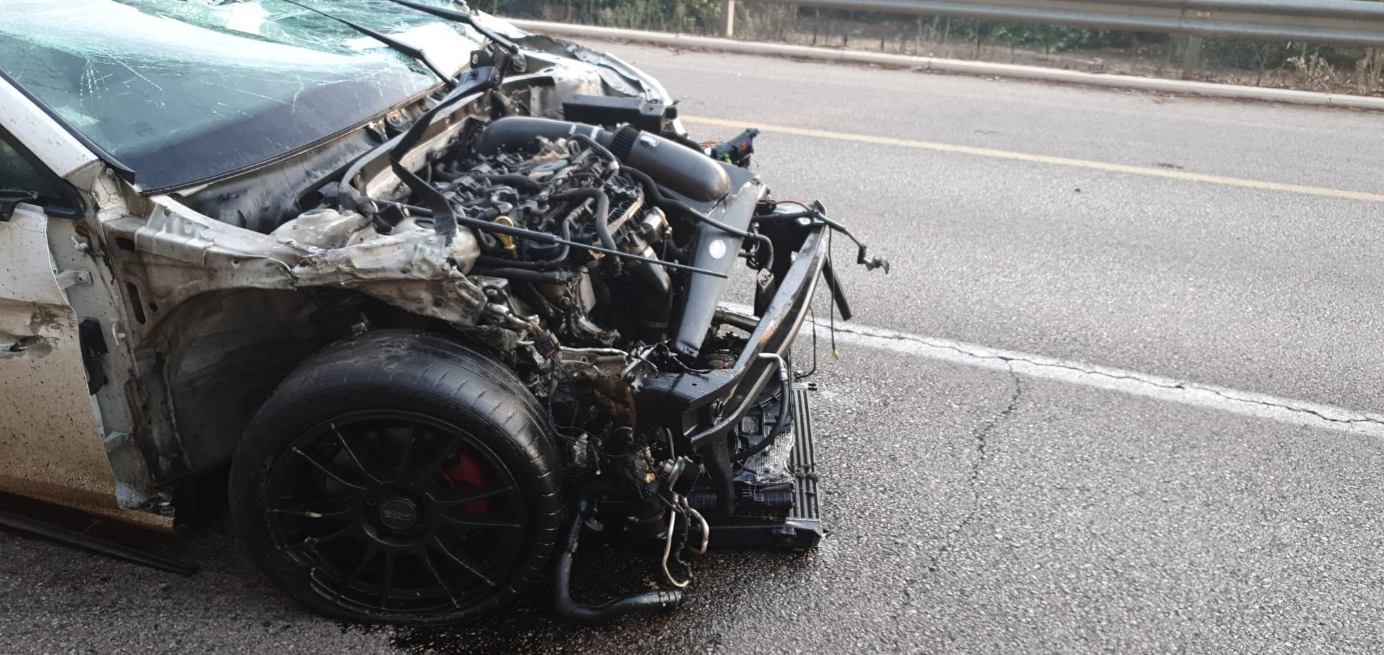 """מה שנותר מהרכב הפרטי שהתנגש בשני הרוכבים והרג אותם. צילום: דוברות מד""""א"""