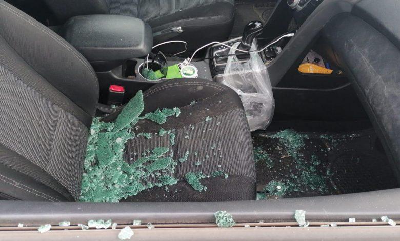 אחד הרכבים אליהם פרצו וניפצו את חלונות הרכב. צילום: דוברות המשטרה