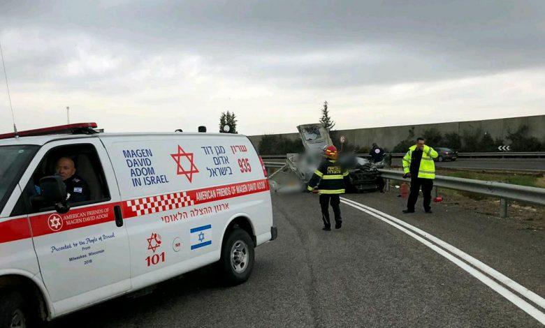 """זירת פיצוץ הרכב לפני זמן קצר. הנהג נהרג במקום. צילום: דוברות מד""""א"""