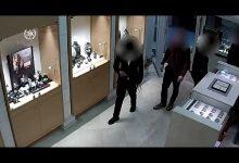 Photo of צפו: תושב ראש העין התחזה לחרדי וניסה לשדוד חנות שעוני יוקרה ברעננה, כשהוא מתיז על הבעלים גז פלפל
