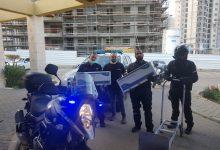 Photo of השוטר הקהילתי בגבעת אולגה יחד עם שוטרי יחידת האופנועים ואנשי עמותות לנזקקים, הכינו וחילקו מנות אוכל חמות לקשישים