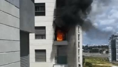 Photo of צפו: צוותי כיבוי בשריפה במבנה בהוד השרון, אין נפגעים במקום