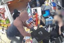 Photo of צפו: החשודים נכנסים לפיצוצייה ובזמן שאחד מהם מכניס את המוכר למחסן ושומר עליו, האחרים עוקרים את הקופה ממקומה וגונבים כסף מזומן וסיגריות