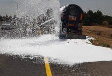 Photo of זפת נוזלית דלפה ממשאית בכביש 6. לוחמי האש במקום