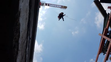 Photo of דרמה באוויר: לוחמי האש במבצע חילוץ של מנופאי באתר בנייה בחדרה, שלקה בלבו תוך שהוא תלוי באוויר