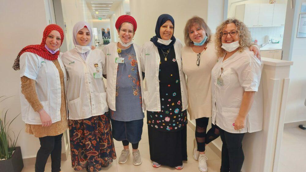 צוות האחיות במרכז הרפואי אלון, בהובלת מירה נאמן ובלקיס ג'ורן