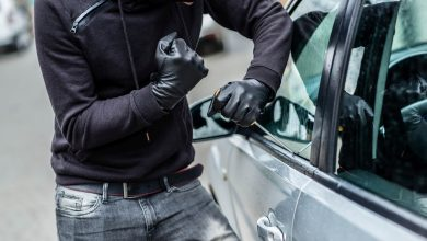 """Photo of תושב קריית מוצקין הבחין בגבר שפורץ לרכב בסמוך לביתו, הוא התקשר למשטרה, והשוטרים תפסו """"על חם"""" את הפורץ מקריית אתא"""