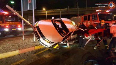 Photo of תאונה וחילוץ דרמטי הלילה של נהג מונית שאיבד שליטה ברחוב חלץ בחיפה ונלכד ברכבו