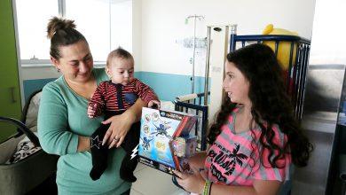 "Photo of צפו: משלוח משמח במיוחד של מאות מתנות הגיע הישר מאוסטרליה אל ילדי רמב""ם"