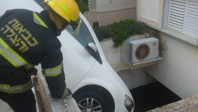 Photo of חילוץ דרמטי של נהגת שצנחה עם רכבה לתהום ברחוב ראול ולנברג בחיפה, במהלך תמרון חניה