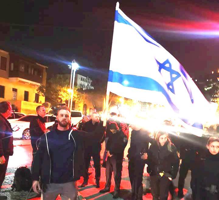 הגיע עם דגלי ישראל. דניאל סיגלוב. צילום עצמי