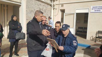Photo of צפו: השוטרים הגשימו חלום לתושב עכו בן 60 עם תסמונת דאון וחגגו לו יום הולדת מיוחד