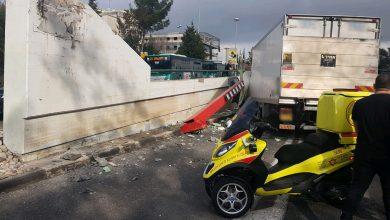 Photo of משאית נכנסה בקורת הגבלת גובה בגשר רמת חן בחיפה. בנס נוסעיה חולצו עם פגיעות קלות