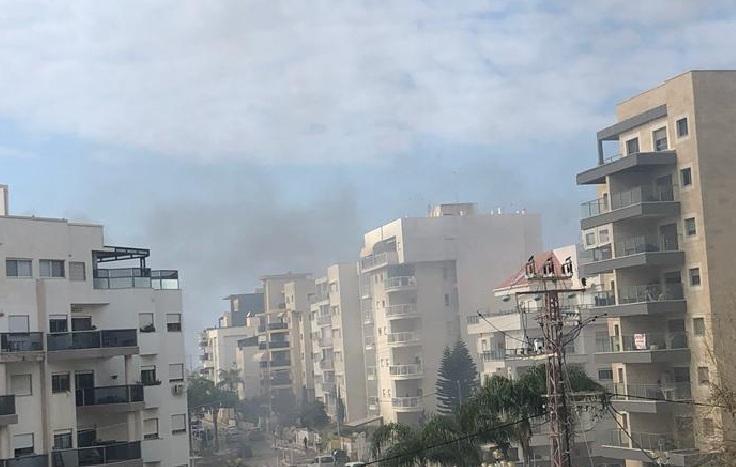עשן ושריפה בבניין בו נשמע הפיצוץ בנהריה. צילום: רשת ניוזים