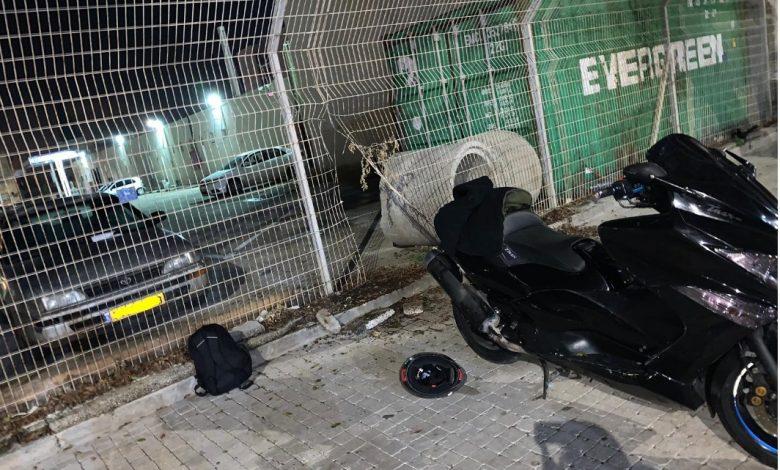 האופנוע שרצה להחזיר לעצמו ופרץ לתחנה דרך הגדר. צילום: דוברות המשטרה