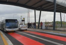 Photo of תאונה בין מטרונית לרכב פרטי בדרך העצמאות בחיפה. שלושה נוסעי מטרונית נפצעו