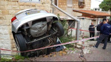 Photo of חילוץ דרמטי של נוסעת שנפלה לכיוון התהום ברחוב עבאס בחיפה