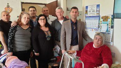 Photo of ראש עיריית נשר, רועי לוי עם אנשי העירייה ביוזמה מיוחדת להתקנת גלאי עשן בבתי הקשישים בעיר