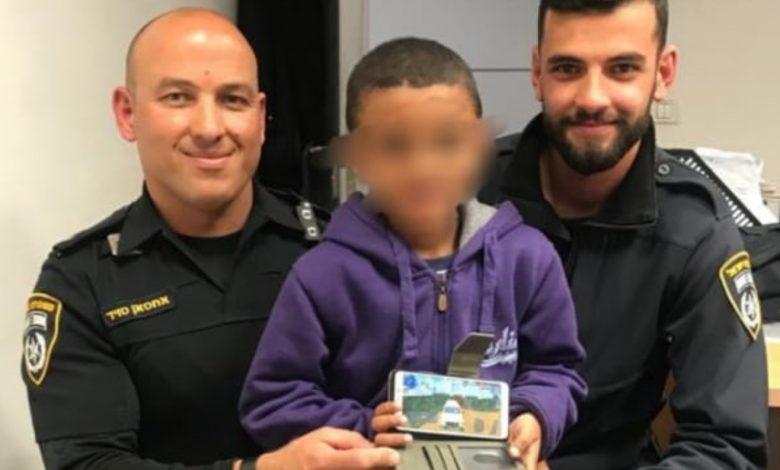 השוטרים והילד הנרג עם הנייד הגנוב שהוחזר לו. צילום: דוברות המשטרה