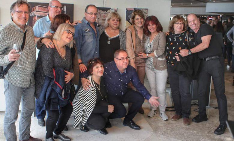 חברים ומשפחה חוגגים עם יוסי כהן זרנקין בפתיחת התערוכה השביעית שלו. צילום ורד ברסלר שקד