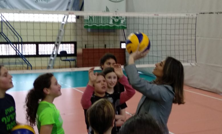 Photo of שרת הבינוי והשיכון יפעת שאשא ביטון ביקרה במחלקות הכדורעף והאתלטיקה