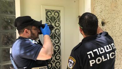 Photo of המשטרה חוקרת השחתת מזוזות במספר בתים ברחבי שכונת הדר שבחיפה