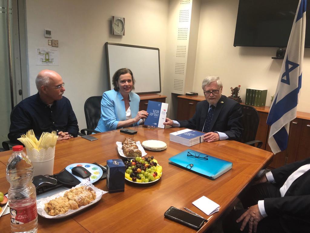 מבקר המדינה מעניק את דוח הביקורת לראש העיר חיפה. צילום: עיריית חיפה