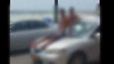 "Photo of צפו: תושב עתלית ""הרכיב"" על מכסה המנוע שלו את חבריו, בנסיעה בחוף כרמל. סרטון שהופץ ברשת הביא למעצרו"