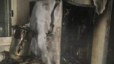 המקרר והשריפה. השריפה נגרמה בשל קצר במקרר. צילום: דוברות כיבוי