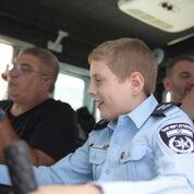 Photo of החלום של אורי, תלמיד כיתה ה' מנשר בעל צרכים מיוחדים, היה להיות שוטר. היום, באמצעות ניידת המשאלות החלום התגשם