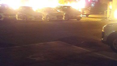 Photo of 10רכבים לפחות עולים באש במגרש בבר יהודה בנשר.  כוחות כיבוי גדולים במקום.  חשד להצתות