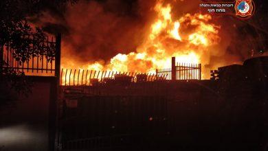 Photo of שריפה גדולה הלילה בבית עסק במפרץ חיפה.  שמונה צוותי כיבוי מנעו התפשטות להבות הענק