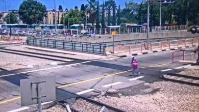 Photo of צפו: נמנע אסון- אישה פרצה למסילות ברכבת חיפה, כדי לעשות קיצור. הרכבות עצרו ועוכבו