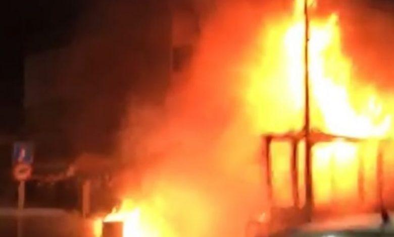 האש התפשטה מבית הקפה לדירות למעלה וגרמה נזק כבד ביותר. צילום: דוברות כיבוי חוף